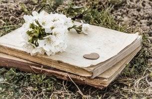 Cuaderno de poesía de la vida con un ramo de flores encima