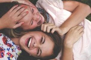 Dos amigas adolescentes riéndose