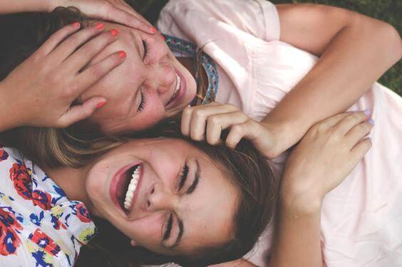 pareja de amigas adolescentes riendo