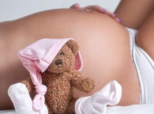 mujer embarazada representando la relación de la tiroides y embarazo