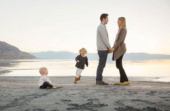 familia con hijos representando el valor del cariño