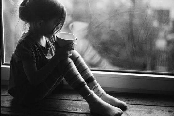 fotografía de niña en blanco y negro representando la inseguridad