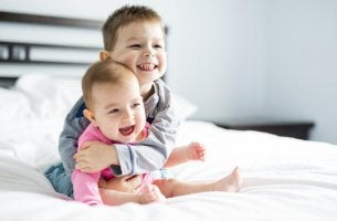 Hermanos representando olores de infancia