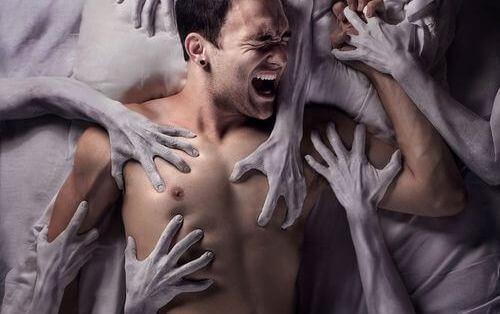 hombre-atrapado-entre-manos