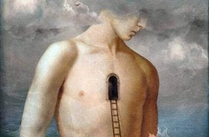 Hombre con puerta sobre su pecho