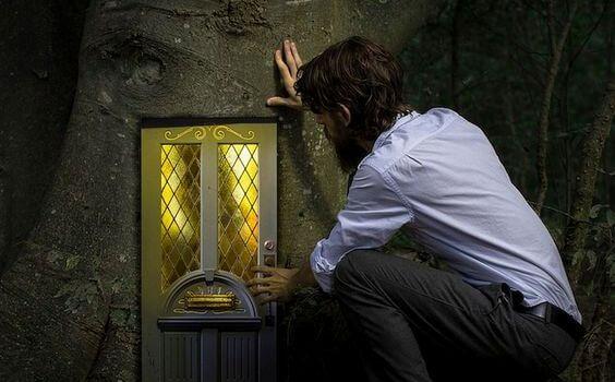 hombre frente a una ventana