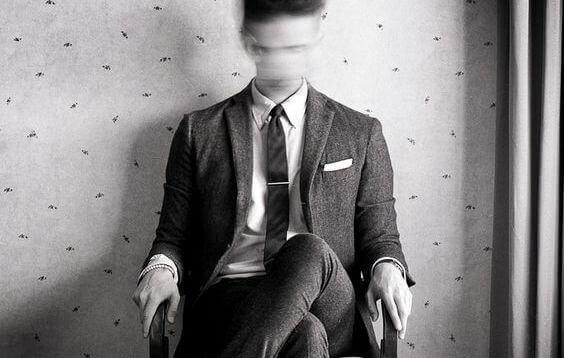Hombre sentado en una silla