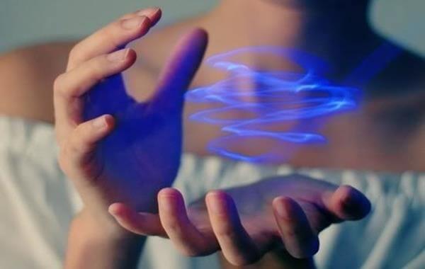 manos con haz de energía representando la fuerza que necesitan las personas