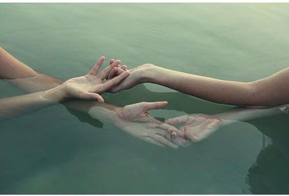 manos entrelazadas siendo paciente
