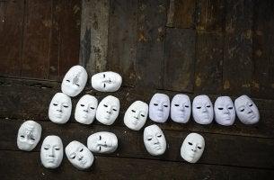 Máscaras representando personalidades de los vampiros emocionales
