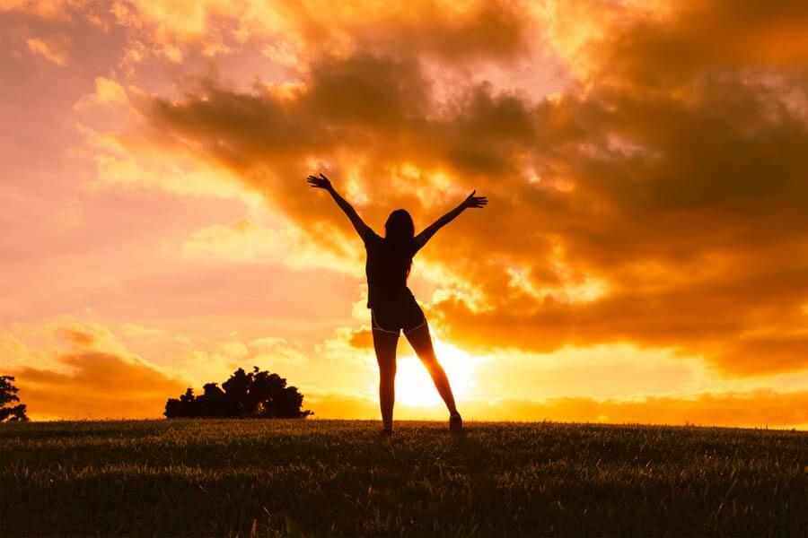 Mujer brazos abiertos feliz
