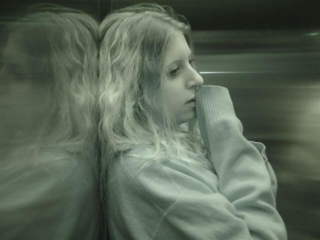 Mujer que sufre de esquizofrenia