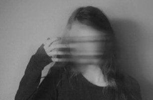 Mujer con la cara borrosa