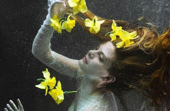 Mujer rodeada de flores recuperando la confianza