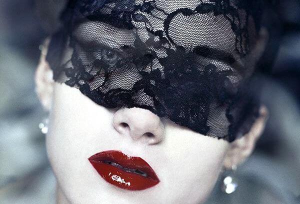 mujer con máscara negra
