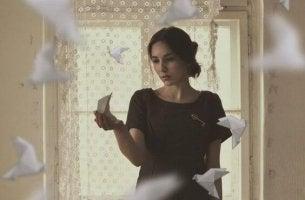 mujer envuelta en palomas