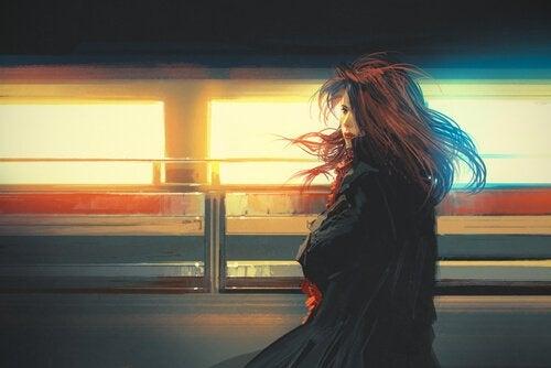 Mujer viendo pasar un tren