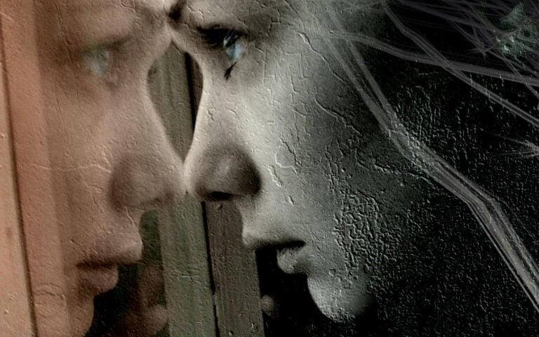 Mujer frágil mirando por una ventana