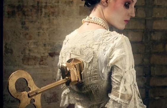 mujer muñeca de espaldas