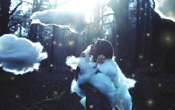 Mujer rodeada de nubes simbolizando el inconsciente en la vida cotidiana