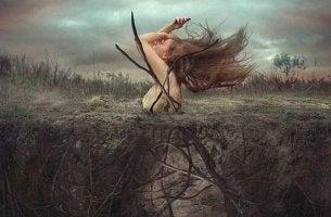 Mujer saliendo de la tierra