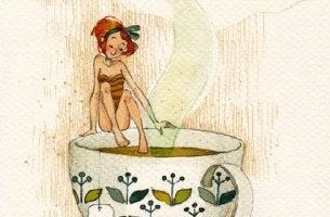 Mujer de pequeña talla sentada en una taza