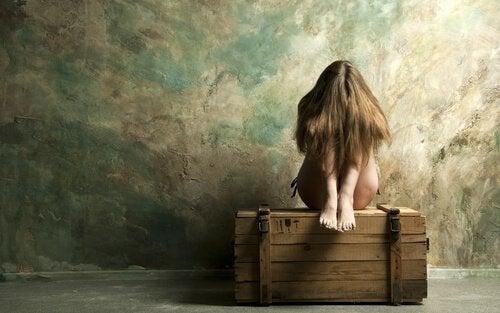 Mujer triste en soledad