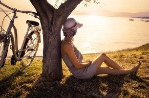Mujer solitaria estar en solitario