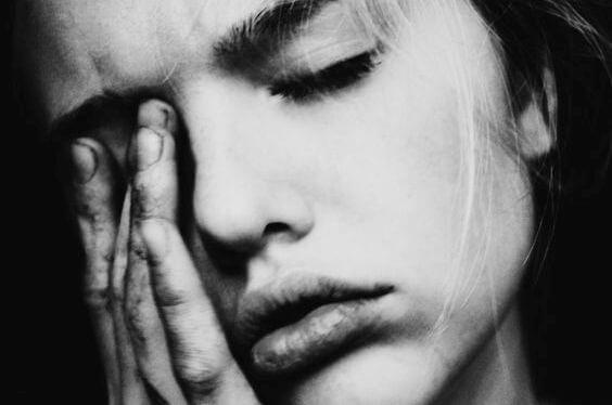 mujer sufriendo dolor de migraña