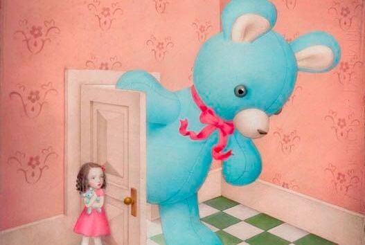 niña abriendo puerta oso gigante
