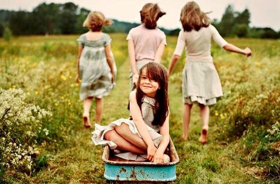niñas jugando en el campo