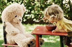 niño jugando con peluche