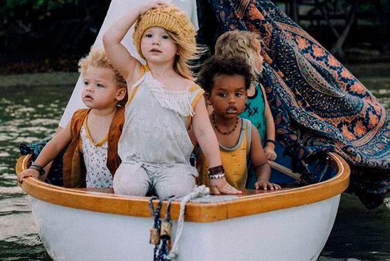 niños jugando en un barco