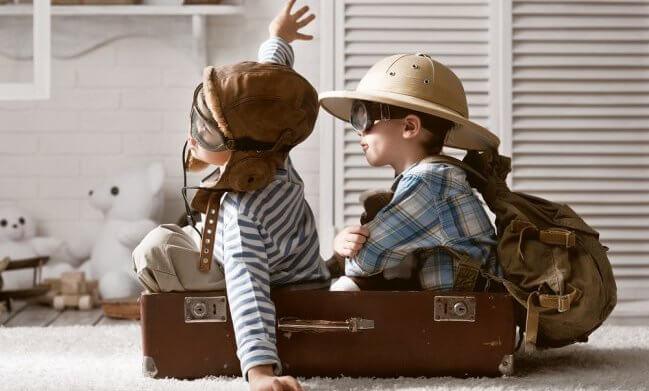 niños jugando en una maleta