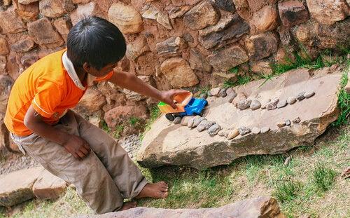Niño jugando con un camión