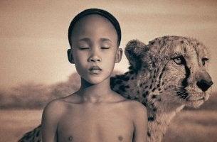 Niño frágil con un tigre