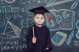 Niño con toga que será persona inteligente
