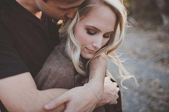 Detalle de una pareja abrazada