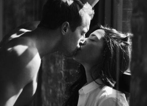 pareja besandose con pasión
