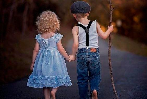 pareja de niños caminando de espaldas