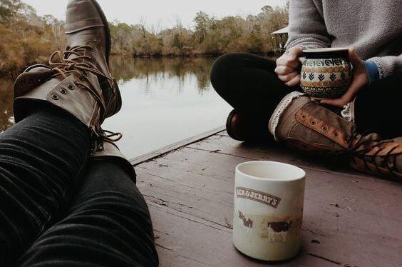 amigos disfrutando de los buenos momentos tomando cafe