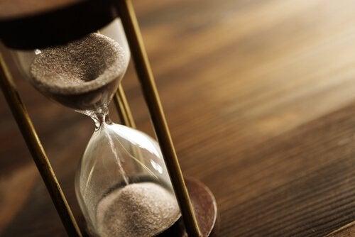 Reloj de arena simbolizando la Ley de Hick