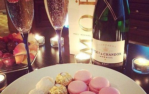 plato de bombones y champagne