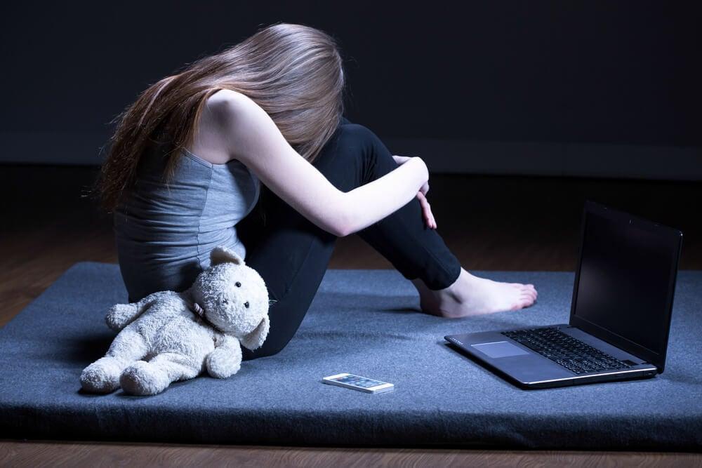 adolescente con miedo a la opinión de los demás