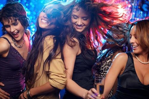 Amigas bailando en una discoteca
