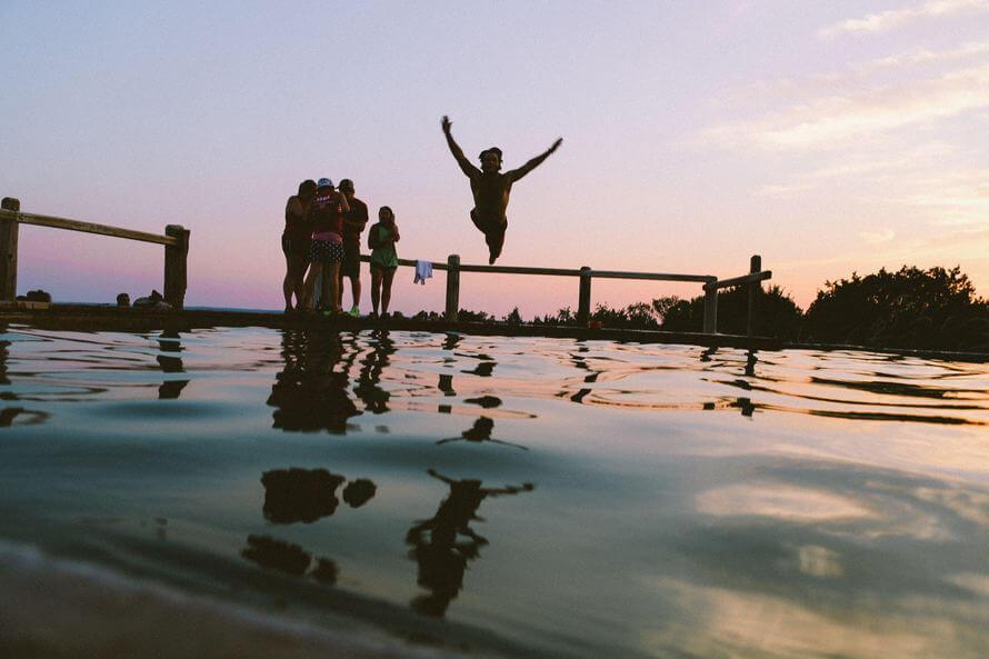 Amigos en una piscina al amanecer