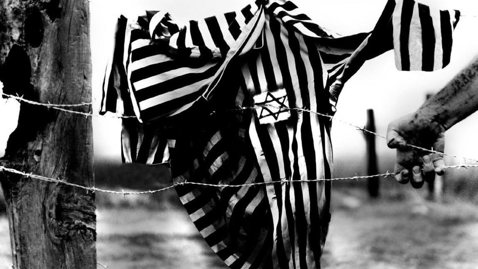 Pijama de un judio colgado en las cuerdas electricas de un campo de concentración