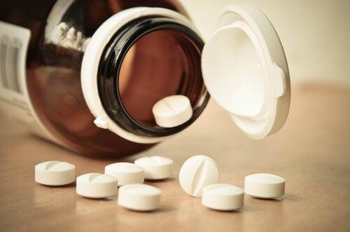 Bote con pastillas representando la adicción a las benzodiacepinas