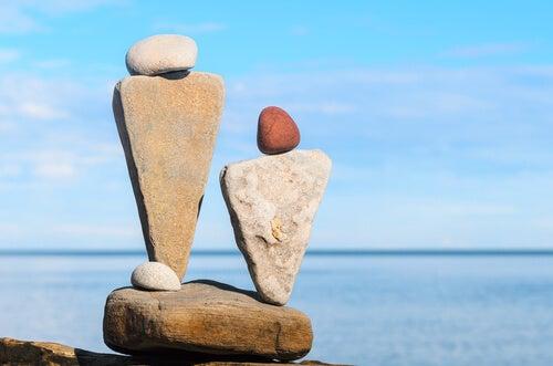 Dos figuras de piedra en el mar
