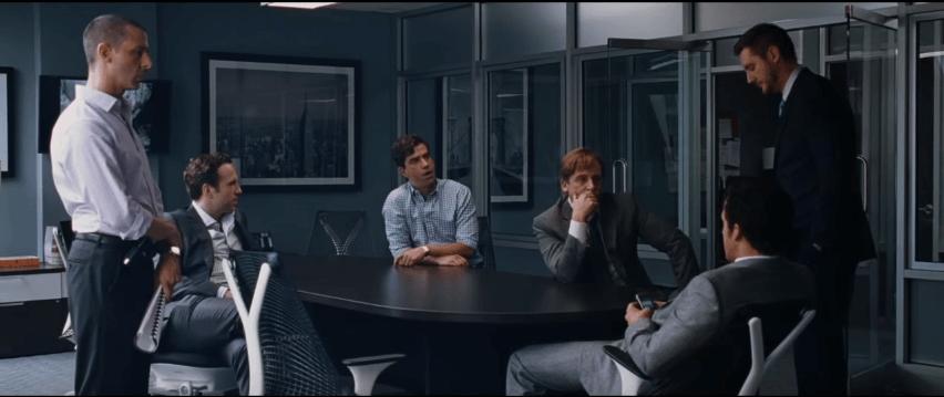 Hombres reunidos hablando